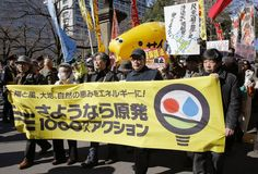 Over 5,000 rally in Tokyo against nuclear reactor restarts: Nobel laureate and author Kenzaburo Oe (front row, second from right), journalist Toyohiro Akiyama (right) and other protesters take part in an anti-nuclear rally Saturday in Chiyoda Ward, Tokyo.