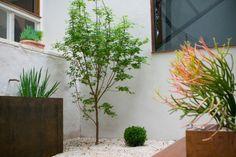 Innenhof mit Brunnen, Pflanzkübeln und Kiesboden
