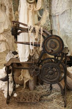 Vintage sewing machine owned by Magnolia Pearl.and I LOVE the Magnolia Pearl web site.such beautiful clothing. Coin Couture, Vintage Accessoires, Retro, Couture Vintage, Vintage Sewing Notions, Antique Sewing Machines, Linens And Lace, Vintage Lace, Vintage Buttons