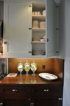 John's New York City Interior with a California Garden - white upper cabinets and dark lowers Upper Cabinets, Kitchen Cabinets, Blue Cabinets, Kitchen Spotlights, Log Home Kitchens, 1920s House, California Garden, Wood Countertops, Cabinet Styles
