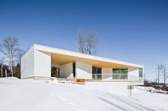 Located in Mansonville, Québec, the Nook Residence, designed by MU Architecture, has a demure front facade with the back much more open and revealing. Architecture Journal, Architecture Résidentielle, Contemporary Architecture, Interior Balcony, Open Space Living, Storey Homes, Nook, White Houses, House Design