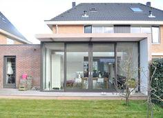 Glazen uitbouw met geintegreerde stralkke zonnewering van hout