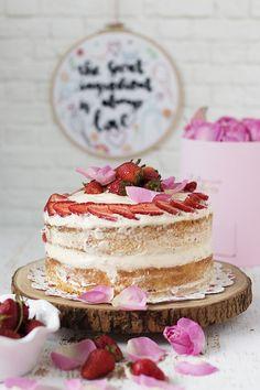 Nasıl anlatsam.. Taptaze çilekli pasta denince hayalinizde ne canlanıyorsa o.. Vanilya kokan yumuşacık kek katları bol vanilyalı pastacı k...