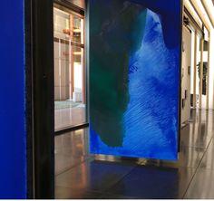 """Gianni Moretti, Derma, 2015 Monotipo a inchiostro su carta velina e plexiglas Macrocosmi si presenta come un progetto corale che lega idealmente due città, Bologna e Berlino, all'insegna della creatività e dell'interdisciplinarietà. Una serie di eventi e un'esperienza multimediale con la creazione di un'app hanno fatto da cornice al progetto, presentato in Italia durante ArteFiera, e farà poi tappa a Berlino nel mese di settembre durante la settimana dell'arte tedesca. """"Una partitura jazz…"""