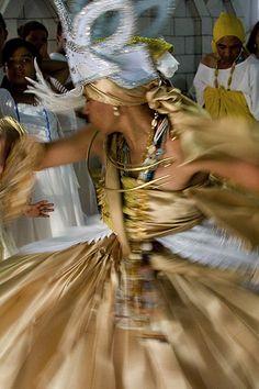 Oxum, orixá feminino dos rios, e particularmente do rio Osun em Osogbo, do ouro, deusa das riquezas materias e espirituais, dona do amor e da beleza, protege bebês e recém-nascidos. Oxum - Osun - linhadasaguas.com.br