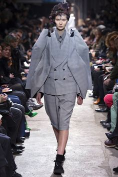 Comme des Garçons Fall 2013 Ready-to-Wear Collection - Vogue Tailored Fashion, Grey Fashion, Timeless Fashion, Love Fashion, Fashion Show, Paris Fashion, Vogue Paris, Comme Des Garcons Jacket, Deconstruction Fashion
