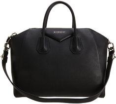 ¡Locas por la piel! Lleva la textura de la temporada Bolso Antigona de Givenchy disponible en net-a-porter.com