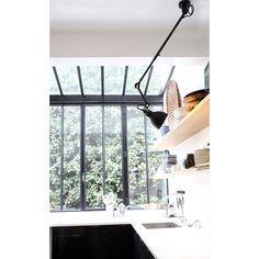 N°302 taklampe fra La Lampe Gras, designet av Bernard-Albin Gras. Denne vakre industrielle lampen bl...