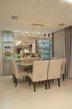 Un comedor sencillo, pero elegante con un toque especial de la lámpara y la vidriera al fondo.