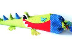 Diese Schultüte Krokodil ist einfach zauberhaft. Sie wird die kleinen Schulanfänger nicht nur zur Schule begleiten, denn nachdem die Süßigkeiten aufgegessen sind verwandelt sie sich ganz einfach in ein hübsches Kissen. Im Nähset enthalten ist eine stabile Schultüte 80 cm , Schnitt, Stoffe, Filze und Borden aufbügelbarer Volumenvlies, doppelseitiger Vlies zum Aplizieren und Blumenknöpfe.ie Schultüte schön weich an und hat eine tolle Stabilität, wenn sie später ,mit Füllwatte