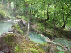 カムイワッカ温泉と並び、北海道の秘湯として有名どころと言えば、岩尾別温泉です。 こちらは三段の湯。 ちなみに混浴となります。