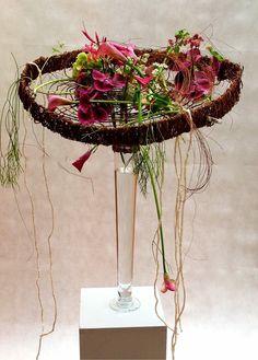 Adapt for bicycle wheel Creative Flower Arrangements, Flower Centerpieces, Flower Decorations, Floral Arrangements, Flower Crafts, Flower Art, Gregor Lersch, Ikebana Sogetsu, Flower Structure
