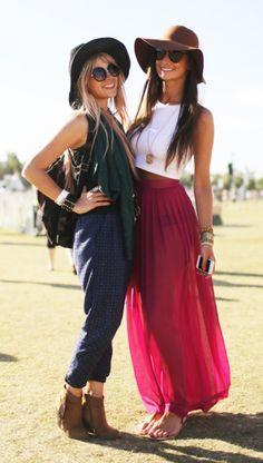 Dos chicas con un look festivalero combinando una la falda magenta larga de gasa con un top blanco y otra el pantalón ancho por encima del tobillo con botines marrones. Wonderful ideas!!