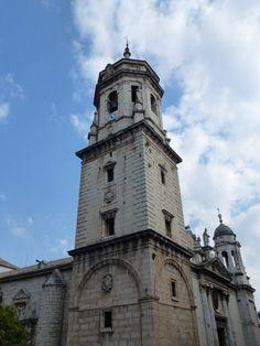 Torre campanario de la Basílica de San Ildefonso en Jaén – España - La torre-campanario de la basílica se compone de cuatro cuerpos, separados entre si por cornisas salientes. El primer cuerpo es de planta cuadrada, construido entre 1584 y 1585, en el se encuentra el escudo del obispo Francisco Sarmiento de Mendoza. El segundo cuerpo presenta dos ventanas superpuestas en... http://fotosdehoy.wordpress.com/2012/03/29/fotos-de-la-torre-campanario-de-la-basilica-de-san-ildefonso-en-jaen-espana/