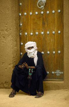 Tuareg delante de la Mezquita de Tombouctou -   Tuareg in front of the Timbuktu Mosque (August 2000)    www.vicentemendez.com