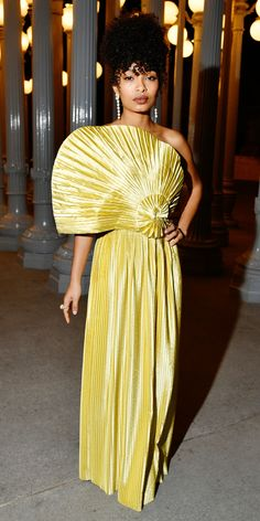 Yara Shahidi stunned in a pleated Gucci gown at the 2019 LACMA Art + Film Gala. - Yara Shahidi stunned in a pleated Gucci gown at the 2019 LACMA Art + Film Gala. Source by elisalkoehler - White Mini Dress, Yellow Dress, Celebrity Red Carpet, Celebrity Style, Celebrity Outfits, Michael Kors Looks, Gucci Gown, Elegant Updo, Vogue
