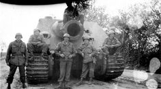 American soldiers pose with a abandoned Sturmtiger Diorama, Tiger Tank, War Photography, Ww2 Tanks, Korean War, American Soldiers, German Army, Panzer, War Machine