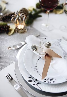 Modern Christmas table setting with black Mega Mussel from Royal Copenhagen and Arne Jacobsen cutlery from Georg Jensen. We love the decorative fabric napkins.