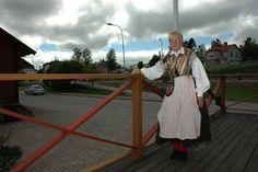 En av gåvorna som kronprinsessan Victoria och Daniel får från Ockelbo kommun är en varsin Ockelbodräkt. Lena Larsson från Ockelbo har sytt dräkterna.