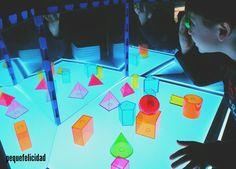 Hoy voy a enseñarte un montón de ideas y materiales que usamos en casa para aprender, jugar y experimentar con la mesa de luz.   ... Reggio Emilia, Overhead Projector, Shadow Play, Educational Activities, Light And Shadow, Light Table, Preschool, Mondrian, Design