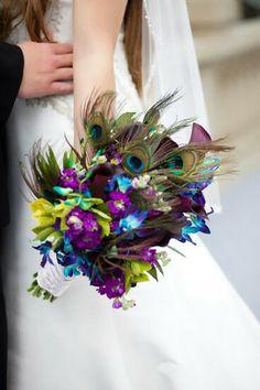 Bouquet plumes de paon et fleurs