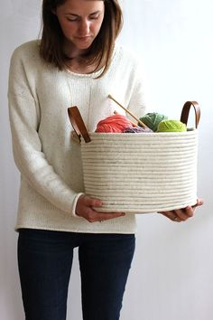 The best DIY projects & DIY ideas and tutorials: sewing, paper craft, DIY. Diy Crafts Ideas DIY No-Sew Rope Coil Basket -Read Diy Projects To Try, Craft Projects, Weekend Projects, Do It Yourself Inspiration, Rope Basket, Diy On A Budget, Diy Gifts, Diy And Crafts, Crafty
