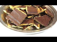 Caramel Chocolate Crack – Lynn's Recipes Cookie Recipes video recipe – The Most Practical and Easy Recipes Chocolate Crack, Chocolate Caramels, How To Make Crackers, Cracked Cookies, Cracker Candy, How To Make Caramel, Candy Making, Sweet And Salty, Recipe Of The Day