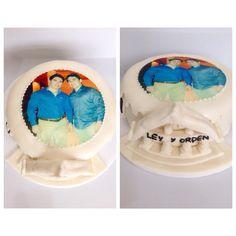 Celebra con una torta personalizada con diseño de Ley y el Orden. Llámanos al (1) 625 1684 en Bogotá -  #SoSweet #Artcake #Tortas #Ponques #PasteleríaArtesanal #ReposteríaArtesanal #PastryShop #TortasEnBogota #Bogotá www.SoSweet.com.co