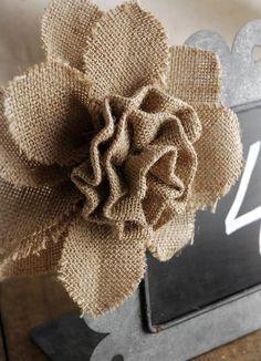 C mo hacer flores de arpillera de yute flores de tela de - Manualidades con tela de saco ...