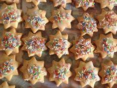 Αφράτα μπισκοτάκια λεμονιού με γλασο άχνης Gingerbread Cookies, Cookie Cutters, Biscuits, Sugar, Desserts, Food, Gingerbread Cupcakes, Crack Crackers, Tailgate Desserts