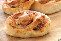 Deze heerlijke broodjes met Parmezaanse kaas en Parmaham vonden we op de culi blog Carolinesblog. Je kunt de broodjes zo eten óf nog lekkerder maken en garneren met wat rucola en extra Parmezaan. So good! Verwarm je oven voor op 240 graden en maak het deeg. Doe alle ingrediënten hiervoor in de keukenmachine en kneed tien minuten […]
