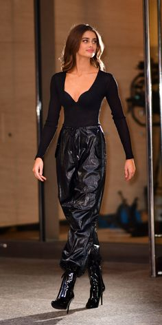 Taylor Hill was spotted in front of the Victoria's Secret headquarters while wearing a bodysuit with a sweetheart neckline, leather joggers, and shiny boots. Taylor Hill Style, Taylor Marie Hill, Look Fashion, Fashion Models, Fashion Outfits, Fashion Tips, Celebrity Dresses, Celebrity Style, Estilo Gigi Hadid