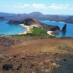 Ilhas e Vulcões fazem parte da história de Galápagos. As diferentes cores do solo mostram a evolução das cinzas vulcânicas e da formação da vida nasce o verde. A região que antigamente servia de treinamento para bombardeios navais hoje mostra beleza e esconderijos para a fauna marinha. Ilhas Galápagos (2013). #viagenspararecordar #umlugarparavoltar #ecuador #equador #ilhas #arquipelago #galapagos #sol #verao #sun #summer #mar #vulcao