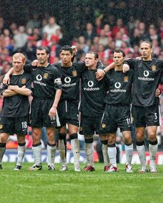 Once upon a time at Manchester United. Sir Alex Ferguson's red armyWhat a Dreamteam that was! Manchester United Stadium, Manchester United Old Trafford, Manchester United Wallpaper, Manchester United Legends, Football Photos, Football Memes, Football Gif, Best Football Players, Soccer Players