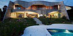 Com 1 mil m², casa ocupa terreno triangular e se destaca por fachada de concreto em curvas - UOL Estilo de vida