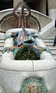 """Al entrar por la entrada principal en La Parque Guëll se encuentra con una salamandra mosaico de varios colores, conocido como """"el drac"""".  Tuvo que estar restaurado en 2007 después de un episodio de vandalismo."""