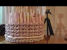 Diseño de cruces en varias filas (1 de 2) - YouTube Recycle Newspaper, Newspaper Basket, Newspaper Crafts, Baskets On Wall, Wicker Baskets, Origami And Quilling, Flower Mobile, Paper Weaving, Sewing Baskets