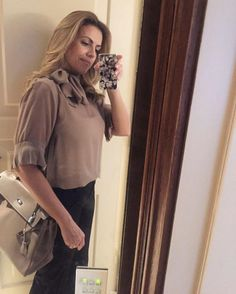 Elas usam Carol Bassi - a linda e chique @yvonnesodreneves com a blusa em seda gola laço.  They wear CB - the beautiful and chic Yvonne Neves wearing the silk pussy-bow blouse. #carolbassi #carolbassibrand