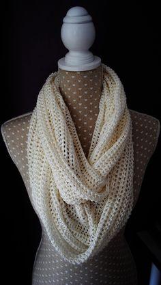 Snood, écharpe écrue effet vintage réalisée au crochet.