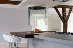Keuken met betonnen werkblad en vrijhangende Boley  glashaard 186 - Product in beeld -  haarden ideeën | UW-haard.nl #haard #keuken
