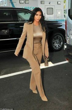Kim Kardashian visits the White House with daughter North, six - Stylish star: She kept the gold theme running throughout the outfit, carrying an eye-catching clutch bag and wearing coordinating velvet heels Source by kimiavahabzade - Kim Kardashian Blazer, Look Kim Kardashian, Kim Kardashian Bikini, Estilo Kardashian, Kardashian Fashion, Yeezy Outfit, Travis Scott Shirt, Mode Outfits, Fashion Outfits