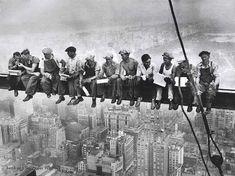 1932年、アメリカの写真家チャーリー・エベッツが撮影したとされる有名な写真「摩天楼の頂上でランチ(Lunch atop a Skyscraper)」。世界大恐慌待っだ中のアメリカ・ニューヨークに建設途中のRCAビル(現GEビルディング)の69階で撮影された、安全ハーネスを付けず笑顔でランチを楽しむ作業員たち。