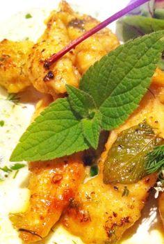 Bocconcini di Pollo saltati con Salvia all'Ananas e sfumati al Vino, con Salsa allo Yoghurt e Erbe Aromatiche