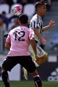 Juventus FC v US Citta di Palermo - Serie A - Giancarlo Gonzalez marca a su ex compañero Paulo Dybala