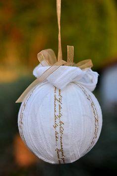 Vianočná guľa vyrobená zo 100% bavlny, dozdobená washi paskou a stuhou.        priemer: 7,5cm...
