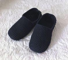 Olen jo pidempään suunnitellut virkkaavani itselleni sisätossut monestakin syystä. Yksi syy on… Crochet Slippers, Sunday Morning, Lily, Mornings, Knitting, Sewing, Crafts, Shoes, Manualidades