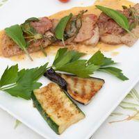 Gebakken kalfslapjes met groente en paprika