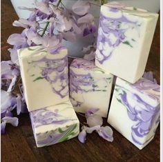 Lavender and white glycerin soap. Diy Savon, Savon Soap, Homemade Beauty, Diy Beauty, Soap Shop, Homemade Soap Recipes, Bath Soap, Bath Salts, Soap Packaging