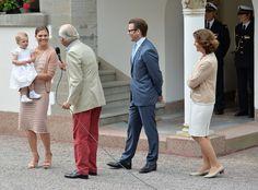 La Familia Real Sueca en el 36° cumpleaños de la princesa Victoria de Suecia en el Castillo Solliden el 14 de Julio de 2013.  En la foto la princesa Victoria con su hija la princesa Estelle, el rey Carlos Gustavo, el príncipe Daniel y la reina Sofía.