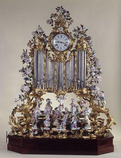 Cette pièce exceptionnelle a probablement fait l'objet d'une commande particulière, peut-être par l'intermédiaire d'un grand marchand-mercier comme Lazare Duvaux qui a vendu en décembre 1753 un orchestre de singes à Madame de Pompadour. Dans l'horlogerie le contraste entre le bronze doré et les porcelaines polychromes correspond à une mode née vers 1730.